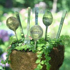 marcadores de jardín con cubiertos viejos