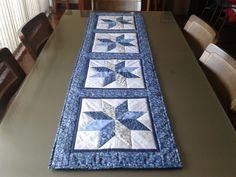 Caminho de mesa em patchwork. Feito com tecido 100% algodão e manta acrílica. <br> <br>Medidas: <br>* 1,65 m x 0,47 m <br> <br>** As cores serão mantidas, podendo-se variar as estampas de acordo com a disponibilidade dos tecidos em estoque.