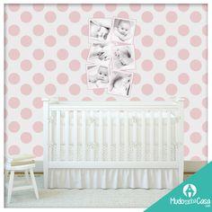 Composição linda e delicada para o quarto de seu bebê utilizando os produtos Mudo Minha Casa. Aqui nesta decoração utilizamos o Papel de Parede Bolas Rosas e Foto Acrílico Personalizado Retrato 1 Rosa