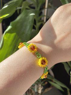 Cute Bracelets, Seed Bead Bracelets, Friendship Bracelets, Seed Beads, Daisy Bracelet, Beaded Jewelry Patterns, Bracelet Patterns, Bracelet Designs, Bracelet Crafts