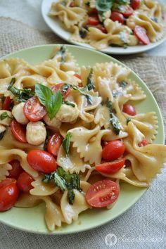 Pasta estilo caprese (ensalada de pasta para comer fría, tibia o caliente) www.pizcadesabor.com