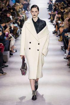 Défilé Dior automne-hiver 2016-2017 - Manteau ample en laine bouillie écrue façon astrakan.