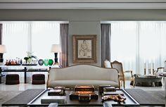 O sofisticado sofá Luís XV (Renée Behar) com tecido da AN.h. Na parede, desenho de Anita Malfatti (Dan Galeria) e, sobre a mesa, caixas da Ivy Pop Classic.