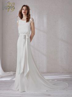 Meraviglioso abito da sposa a trapezio con sensuale corpetto blusante. Un  modello che slancia la 4bfcf662915