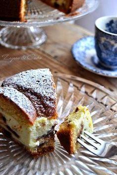 Torta con cuore di ricotta 210g di farina 80g di burro 120g di zucchero 2 uova 50ml di latte 60 ml di liquore all'arancia (tipo Cointreau o simile) 10g di lievito per dolci un pizzico di sale Per il ripieno: 2 uova 350g di ricotta 50g di zucchero buccia d'arancia grattugiata 1 goccine di cioccolato q.b. o in pezzetti
