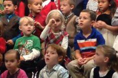 Vídeo mostra menina que usa língua de sinais em apresentação da escola e emociona pais surdos YouTube/Reprodução