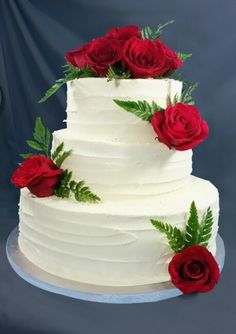Tortas de vainilla, lustre de mantequilla y rosas rojas naturales Beautiful Wedding Cakes, Beautiful Cakes, Wedding Cakes With Cupcakes, Cupcake Cakes, Bolo Artificial, Bolos Naked Cake, Happy Anniversary Cakes, Cake Borders, Wedding Cake Fresh Flowers