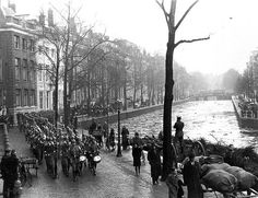 1941. During the German occupation of Netherlands the Germans established the Ordnungspolizei, often called the Grüne Polizei because of their green uniforms. In the photo: the Grüne Polizei marching along the Herengracht in Amsterdam around 1941. #amsterdam #worldwar2