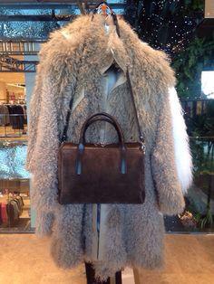 Удобная, практичная и стильная сумка с двумя короткими ручками и длинным отстегивающимся ремешком через плечо.  Размер 23х32х14  Цена: 6700 рублей
