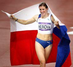 """SLZY ŠTĚSTÍ. Když Zuzana Hejnová doběhla na evropském šampionátu v Helsinkách čtvrtá, medaili obrečela. Ale tak se odrazila k olympijskému bronzu. Na čtvrtce překážek ve finiši porazila 8. srpna Jamajčanku Spencerovou. """"Konečně!"""" pronesla s hlubokým výdechem. """"Strašně se mi ulevilo, hrozně jsem tu medaili chtěla!"""" Olympians, Czech Republic, Beautiful, Fashion, Pictures, Moda, Fashion Styles, Fashion Illustrations"""