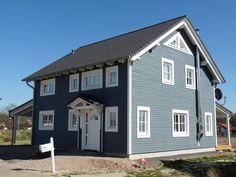 Um sich in ein Schwedenhaus zu verlieben, braucht man gar nicht erst nach Skandinavien reisen, wie das Bauunternehmen Skan-Hus GmbH zeigt. Das himmlische, blaue Haus Charleston errichtet das …