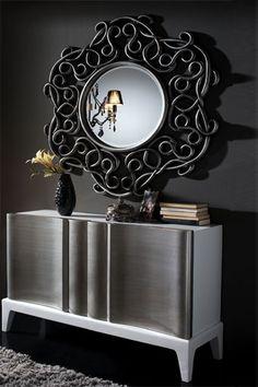 Elegante mueble recibidor de madera de abedul acompañado de espejo circular con diseño actual.