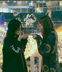 Blackpink Lisa and Jisoo South Korean Girls, Korean Girl Groups, Blackpink Wallpaper, Lisa Bp, Fotos Goals, Blackpink Photos, Blackpink Fashion, Park Chaeyoung, Jennie Blackpink