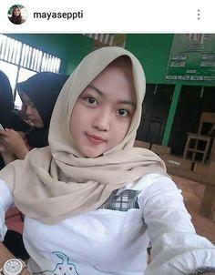 Beautiful Hijab, Young And Beautiful, Hijab Collection, Pretty Asian Girl, Islamic Girl, Hijab Chic, Girl Hijab, Muslim Women, Covergirl