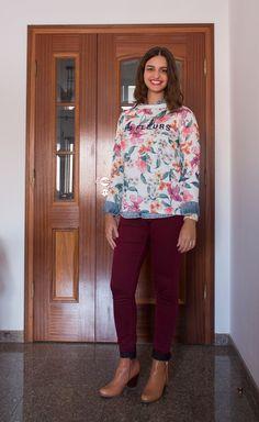 Blusa por cima de camisa jeans, adoro os detalhes que ficam nas mangas e na gola, calça burgundy e ankle boots / blouse + jeans shirt, burgundy pants and ankle boots