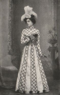 Dina Galli in Galli was an Italian actress known for her comic stage roles. Galli also appeared in fourteen films during her career. Edwardian Dress, Edwardian Era, Edwardian Fashion, Vintage Fashion, 1900s Fashion, Antique Photos, Vintage Pictures, Old Pictures, Victorian Hats