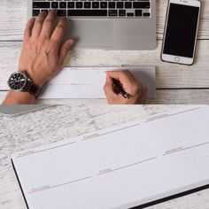 Má tvůj notebook taky ostré hrany, které nejsou zcela komfortní pro celodenní práci? Potřebuješ občas udělat rychlou poznámku z telefonátu či mailu a vhodný papír není po ruce?  Máme to stejné, a to nás dovedlo k tomu, že jsme si vyrobili pomůcku. Pracovně jí říkáme DeskPad. Z jedné strany je blok 50ti listů na poznámky. Druhá strana nabízí měkkou gumovou oporu pro zápěstí. B-) Desk Pad, Clever, Notebook, Mindfulness, The Notebook, Consciousness, Exercise Book, Notebooks