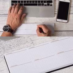Má tvůj notebook taky ostré hrany, které nejsou zcela komfortní pro celodenní práci? Potřebuješ občas udělat rychlou poznámku z telefonátu či mailu a vhodný papír není po ruce?  Máme to stejné, a to nás dovedlo k tomu, že jsme si vyrobili pomůcku. Pracovně jí říkáme DeskPad. Z jedné strany je blok 50ti listů na poznámky. Druhá strana nabízí měkkou gumovou oporu pro zápěstí. B-)