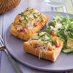 A frozen garlic bread loaf and deli fried chicken strips ensure this five-ingredient quick and easy pizza dinner will be ready for the oven in only 15 Leftover Fried Chicken Recipes, Chicken Pizza Recipes, Recipe Chicken, Chicken Parmesan Pizza, Chicken Sausage, Chicken Rice, Garlic Chicken, Grilled Chicken, Fried Chicken Strips