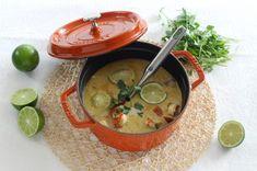 Recette de soupe thaïe de crevettes au lait de coco par Staub Thai Recipes, Shrimp Recipes, Vegan Recipes, Cocotte Staub, Prawn Shrimp, Meals For Two, Pho, Cheeseburger Chowder, Punch Bowls