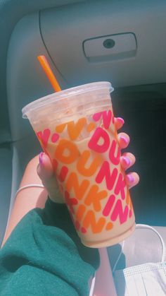 Dunkin Donuts Coffee, Iced Coffee, Coffee Drinks, Bebidas Do Starbucks, Starbucks Drinks, Dunkin Dounuts, Striped Cake, Strawberry Drinks, Tumblr Food