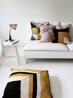 Neulottu raidallinen tyynynpäällinen Novita Tuubi | Novita knits