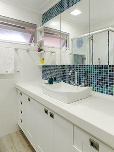 Armário aéreo revestido em espelho e armário baixo em laca acetinada branca. Pastilha cerâmica