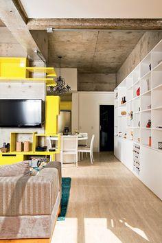 A arquiteta Letícia Arcangeli, da marcenaria Santíssima Fé, criou e executou os módulos laqueados amarelos que pontuam o pilar no qual fica a TV