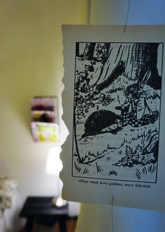Kierrätyskodin makuuhuoneen verhot tehtiin vanhoista satukirjan sivuista.
