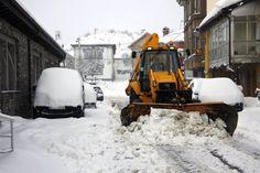 Una máquina retira la nieve de las calles del municipio leonés de Puebla de Lillo. La cota de nieve en Castilla y León se mantiene de 600 a 800 metros en el norte y entre 800 y 1000 metros en el sur. #León Foto: EFE