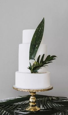 Make a classic white confection perfectly suited to your modern wedding style with these unique ways to decorate a white wedding cake. Tropical palm leaf wedding cake for destination wedding. Creative Wedding Cakes, Cool Wedding Cakes, Beautiful Wedding Cakes, Wedding Cake Designs, Perfect Wedding, Modern Wedding Cakes, Wedding Ideas, Summer Wedding Cakes, Black Wedding Cakes