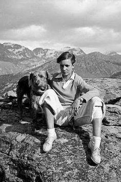 Annemarie Schwarzenbach, bello ángel de tinieblas Elegante, sofisticada y enigmática, vivó 34 años (de 1908 a 1942). Fue escritora, viajera, arqueóloga y morfinómana. Ejerció una libertad sin límites y 'gozó' de una personalidad herida. Enamoró por igual a hombres y a mujeres, pero siempre estuvo sola. Escapaba de sí misma y huía de los otros. Antonio Lucas | El Mundo, 2015-03-08 http://www.elmundo.es/cultura/2015/03/08/54fb58c9268e3ee9098b456d.html