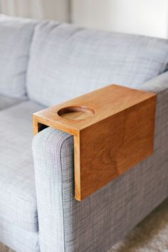 Wooden Sofa Sleeve with Cup Holder Comprehensive Tutorial for DIY sofa sleeve tray, with cup holder, to keep your drinks nearby. Sofa Arm Table, Arm Rest Table, Mesa Sofa, Wooden Couch, How To Make Drinks, Diy Holz, Wooden Diy, Clever Diy, Easy Diy