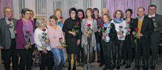 Rosen für alle Beteiligten – in der Mitte, im schwarzen Kleid, Brigitte Meßmer. Rechts Diakon Gresch und OB Andreas Brand.