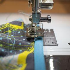 Wie man mit dem Schmalkantfuss #10 schöne Saumabschlüsse erstellt » BERNINA Blog Susa, Fabric Crafts, Sewing, Blog, Banner, Shirt, Clothes, Nice Asses, Sewing Collars