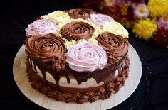 Acest tort cu trei tipuri de mousse, este un tort în care am combinat gustul ciocolatelor amărui și dulce cu cel acrișor al fructelor de pădure. Cupcake Recipes, Cupcake Cakes, Romanian Desserts, Let Them Eat Cake, Sweet Recipes, Caramel, Cake Decorating, Sweet Treats, Food And Drink