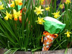 Ready for another Easter Tutorial? Today we are making Carrot Cornets! Orange Fabric, Green Fabric, Projects For Kids, Sewing Projects, Easter Crafts, Easter Ideas, Sewing For Kids, Carrots, Sewing Patterns