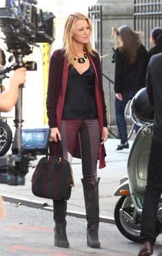 """Blake Lively Photos - Blake Lively, Penn Badgley, and Leighton Meester prepare to film scenes for the upcoming season of """"Gossip Girl"""" in New York, New York on August - Gossip Girl Films in NYC Gossip Girl Outfits, Gossip Girl Fashion, Fashion Tv, Boho Fashion, Winter Fashion, Fashion Ideas, Blair Waldorf Gossip Girl, Blake Lively Style, Serena Van Der Woodsen"""