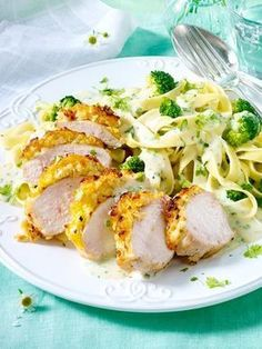 Chicken fillet with parmesan crust to tagliatelle recipe LEAK.- Our popular recipe for chicken fillet with a parmesan crust and tagliatelle and more than other free recipes on LECKER. Chicken Fillet Recipes, Chicken Parmesan Recipes, Yummy Chicken Recipes, Yum Yum Chicken, Pasta Recipes, Dinner Recipes, Yummy Food, Healthy Recipes, Recipe Chicken
