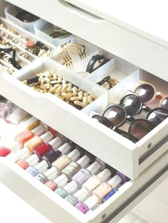 52 make-up storage ideas in photos and videos! how to properly organize makeup, make-up storage easy and functional Jewelry Organizer Drawer, Drawer Organisers, Jewellery Storage, Jewelry Box, Jewelry Displays, Earring Storage, Necklace Storage, Jewelry Case, Jewelry Holder