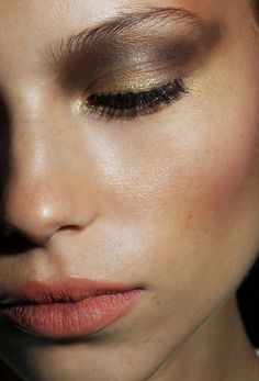 Bronzed skin, peach lip and a bronzed smokey eye. The perfect makeup look for day and night during summer.