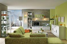 limegrüne Wand und Sofa in derselben Farbe