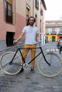 La fixie y la bicicleta de paseo se unen en esta preciosa bici fabricada pieza a pieza por su orgulloso dueño. Es la séptima que tiene, y por lo bien que le ha quedado, esperamos que no sea la última. http://thesmartride.wordpress.com/