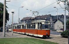 """Über die Michael-Brückner-Str. fährt ein Dreiwagenzug am Bahnhof Schöneweide vorbei und wird auf der Rückseite des Bahngeländes sein Ziel """"Bf. Schöneweide"""" erreicht haben (1987)."""