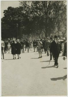 1930.........PHOTO DE GERMAINE  KRULL........SOURCE MIMBEAU.TUMBLR.COM...........