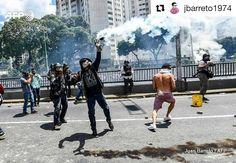 Foto de @jbarreto1974 Frente a las autoridades que deberían resguardarnos #ccs #caracas #caracascamina  Venezuela protest #nikon #photo #photojournalist #photooftheday #venezuela