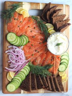 Homemade Lox Platter - So Happy You Liked It - Lox is a traditional and well-loved holiday appetizer! Salmon is cured with smoked sea salt, brown - Smoked Salmon Platter, Smoked Salmon Appetizer, Cheese Appetizers, Appetizer Recipes, Party Food Platters, Snacks Für Party, Holiday Appetizers, Party Appetizers, Food Presentation