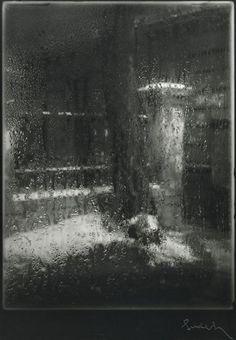 Fenêtre embuée.  Josef  Sudek. de la série : Okno meho Atelieru, zima (Fenêtre de mon atelier, hiver) 1940 - 1954