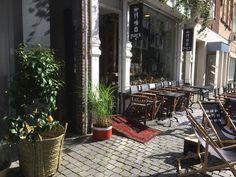 Café Puick in Breda: kinderen in de schommel, jij relaxed in de Chesterfield