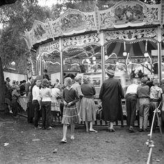 Barnens Dag i Vasaparken. Folksamling vid karusell. Foto: Åke Blomquist, 1957.
